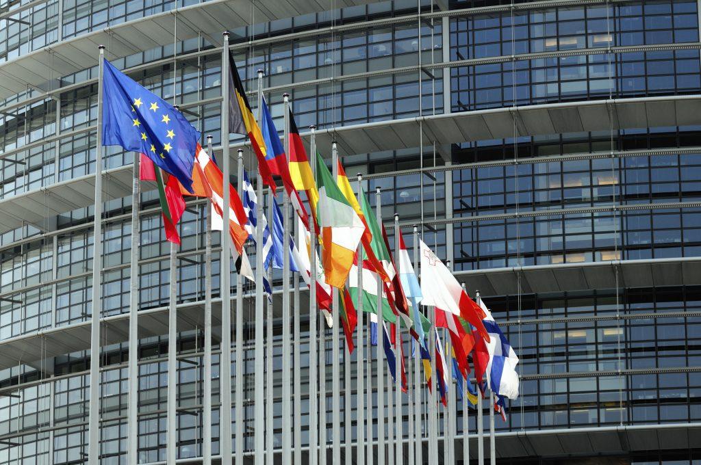 Dans les bureaux de la Commission Européenne, le dossier du soutien aux entrepreneurs se rapproche tant bien que mal du haut de la pile.