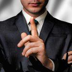 Certains sont passés maîtres dans l'art du geste en apparence involontaire…