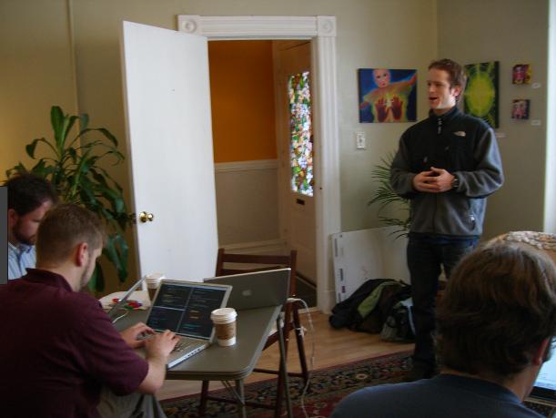 Brad Neuberg, au sein du Citizen Space, 1er espace de coworking ouvert à San Francisco en 2005.
